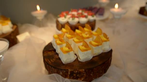weiße quadratische Kuchen, mit einer Zitrusschicht und kandierten Früchten obendrauf