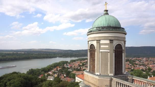 jedna z věží Esztergom katedrály s řekou Dunaj a lodí