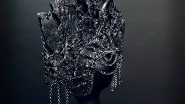 A manöken a háttér sötét stúdió kreatív fém kokoshnick fekete fej