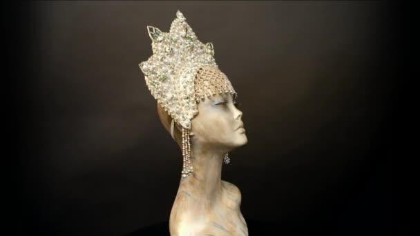 Hlava figuríny v kreativní bílá kokoshnick s drahokamy a perlami