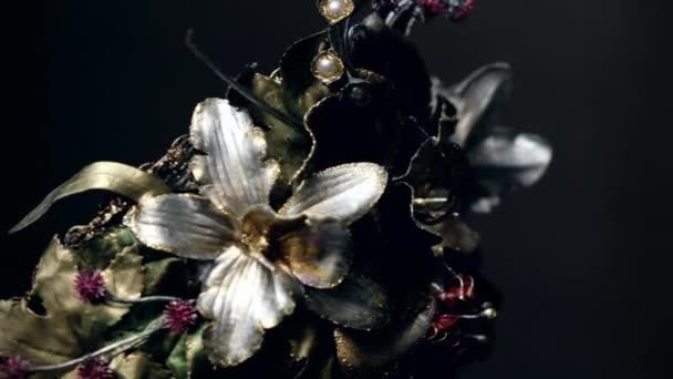 Fekete fej a manöken kreatív fém korona díszített virágok a sötét stúdió háttere
