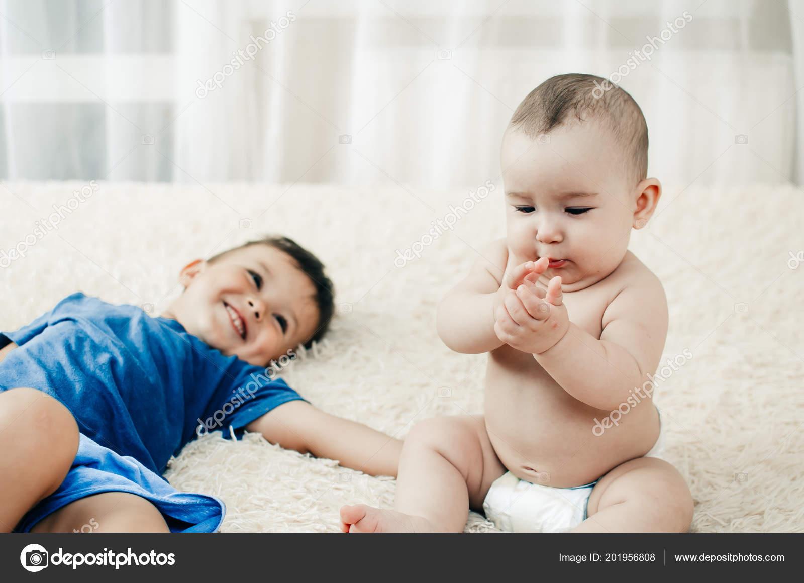 Сестра играла а он вставил ей, Сестра приклеилась к столу, а брат воспользовался этим 22 фотография