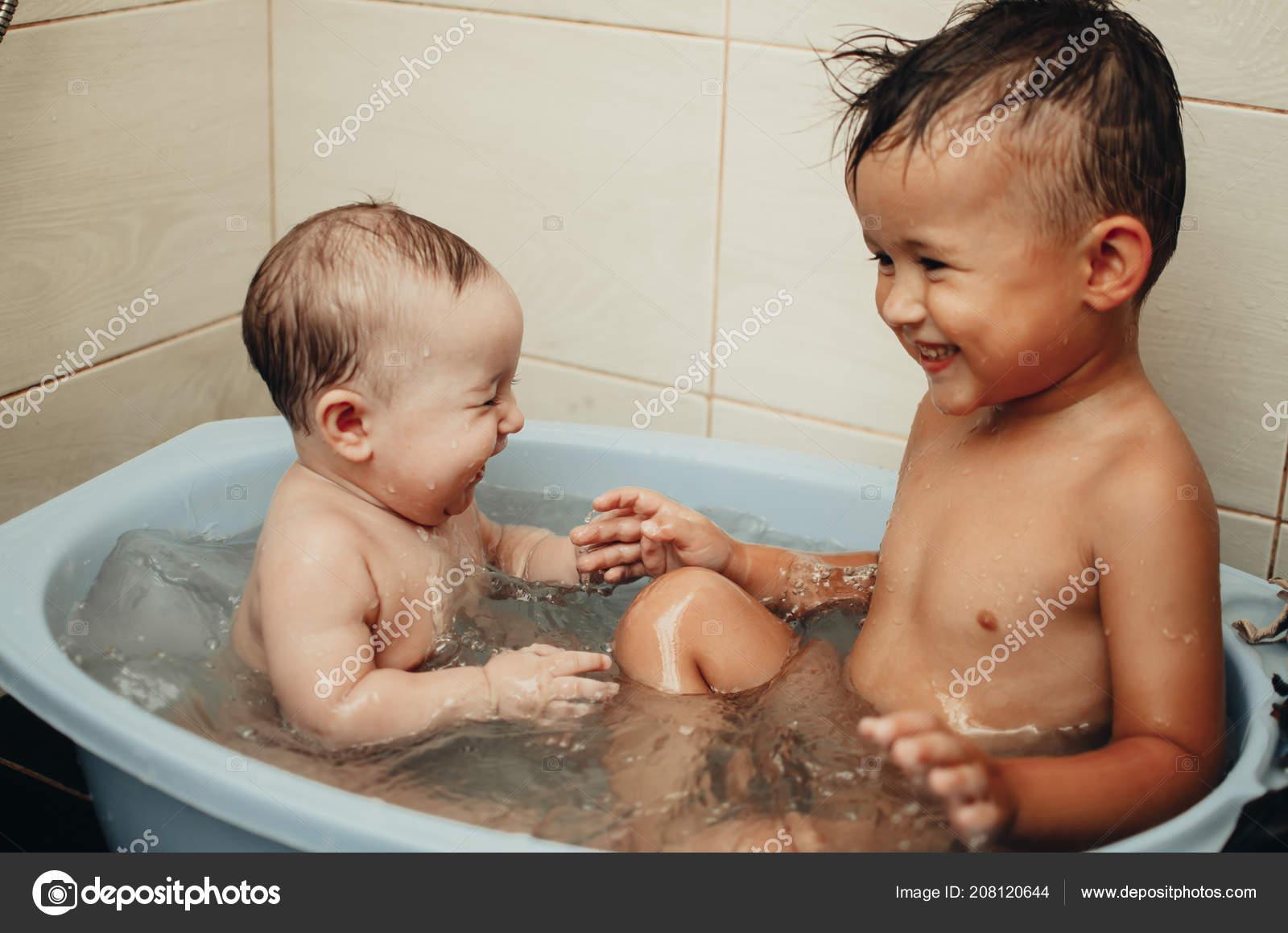 Порно брата ванной русское в с сестрой