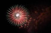 Egyetlen piros és zöld tűzijáték, absztrakt, teture, ünnep háttere
