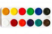 Neue Palette Aquarellfarben, isoliert auf weißem Hintergrund