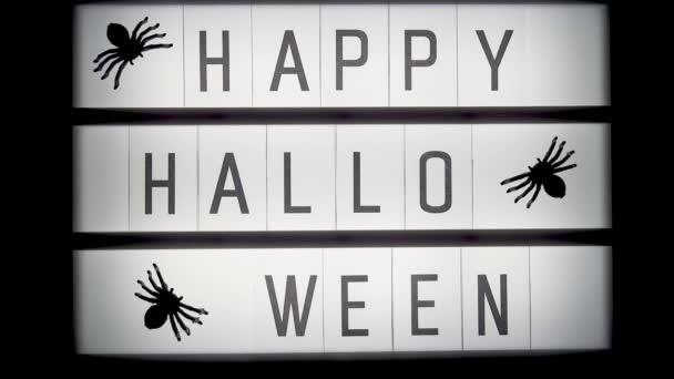 Izzó Lightbox szöveggel boldog halloween és a pókok, closeup. Halloween-koncepció
