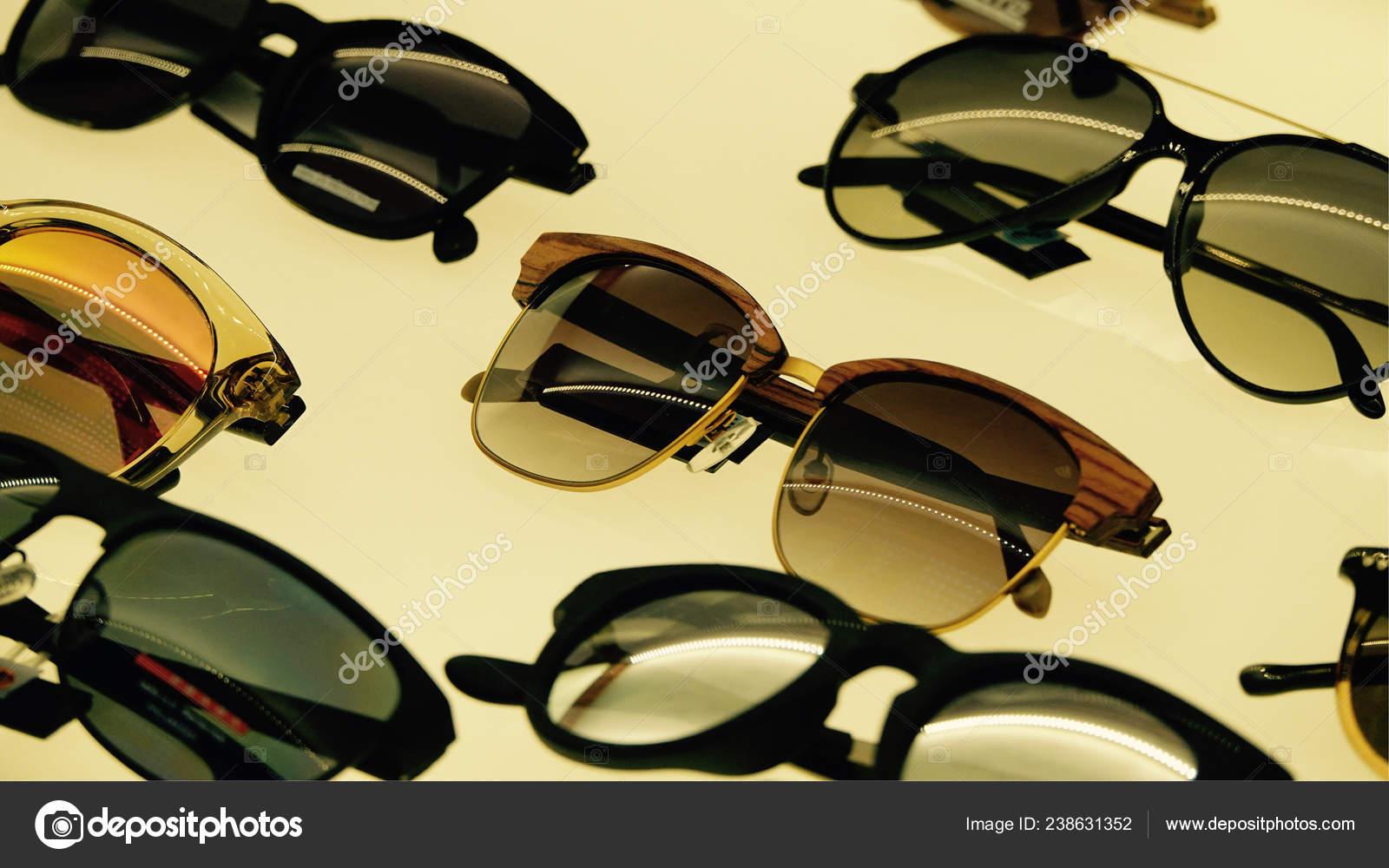 b787ab56152f Солнцезащитные Очки Магазине Антверпене — Стоковое фото ...