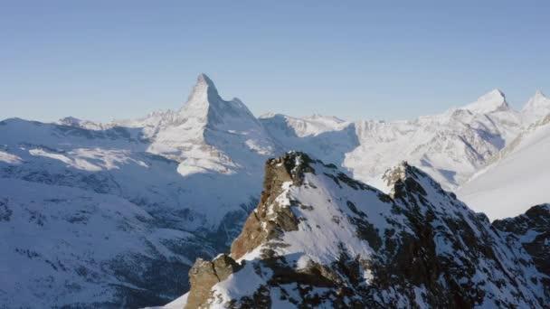 Nádherný zimní vzdušný let nad horský řetěz na šířku Švýcarské Alpy. Dobrodružství s dobrodružstvím. Cestovní koncept. UHD 4k