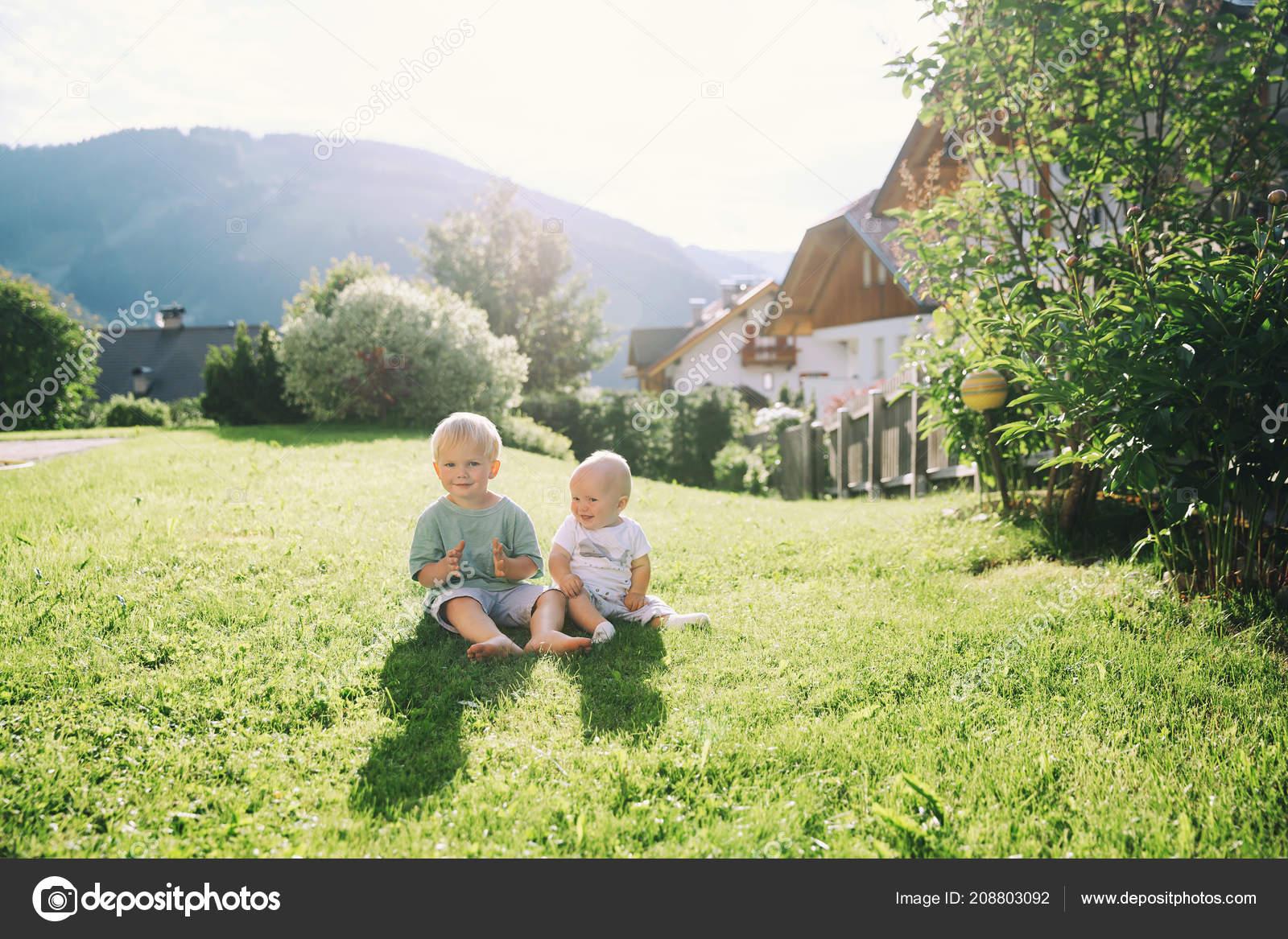 7a5d2521c4c7b2 Glückliche Kinder Spielen Auf Natur Freien Bruder Und Schwester Haben–  Stockbild