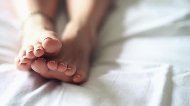 Únava nohou po tvrdým dnu a relaxační masáž.