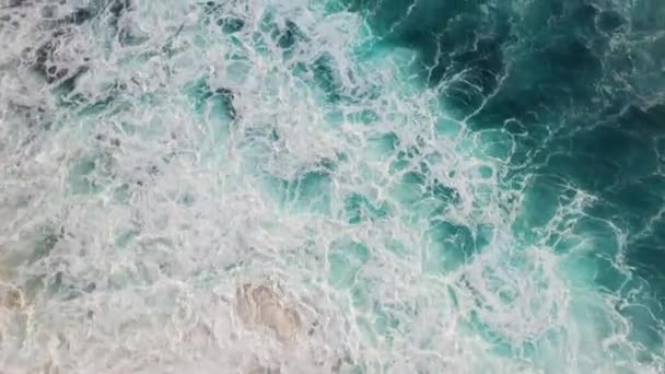Absztrakt légi kilátás óceán hullámai összeomlik a sziklás partvonal