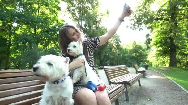 Hund Sitzen Frau macht Selfie mit zwei Hunden Haustiere sitzen auf Parkbank.