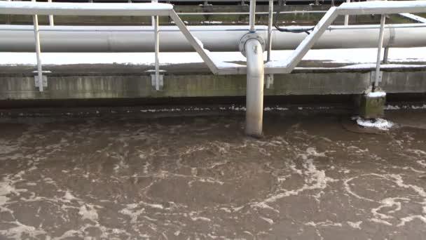Wasserrecycling. Abwasserbehandlung. schmutzige Flüssigkeitsblase im Belüftungstank