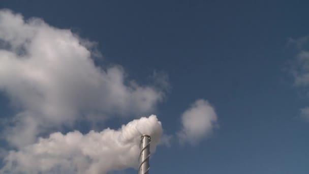 Schornstein auspuff riesige Menge Rauch auf Himmel Hintergrund. Statischer Schuss