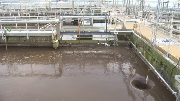Wasserrecycling. Kläranlage. Wasser fließt in Loch. Statischer Schuss