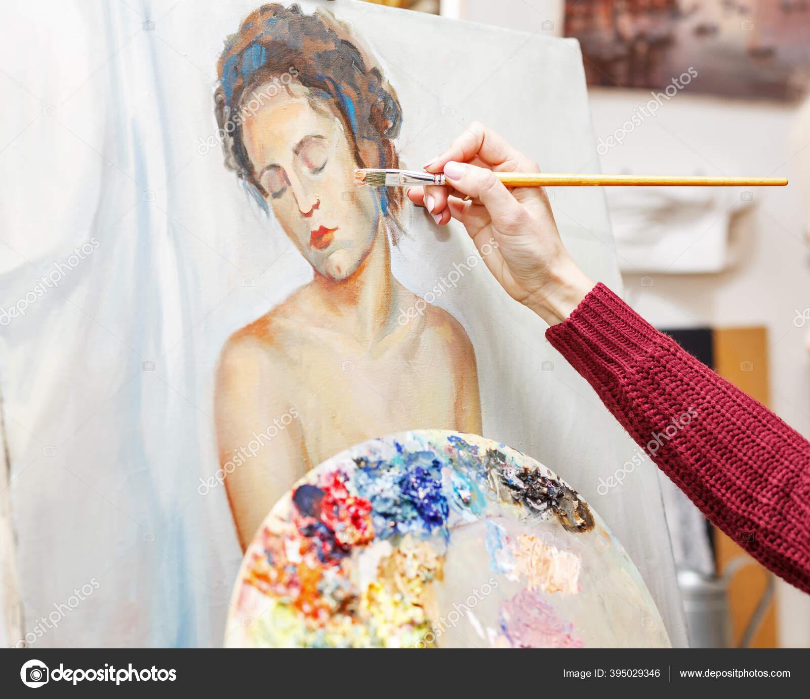 Девушка художник за работой работа в 15 лет девушки