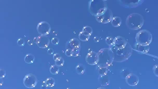 bubliny plovoucí mýdlové bubliny drift na modré obloze s mraky stock, záběry, video, klip,
