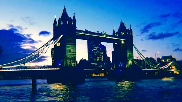 Londýn, Uk - 19.10.2019: Tower Bridge ve zlaté hodině se světly řeky Temže odrážejícími se na řece, slavná londýnská památka a turistická atrakce - stock záběry