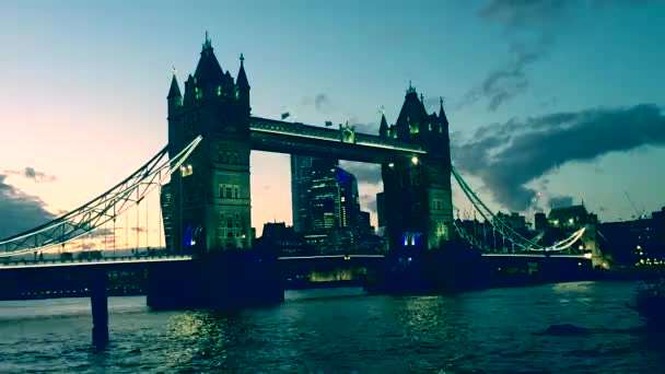 London, Egyesült Királyság - 10 / 19 / 2019: Tower Bridge at golden hour with Thames river lights reflection on river, famous London landmark and tourist travel attraction - stock footage