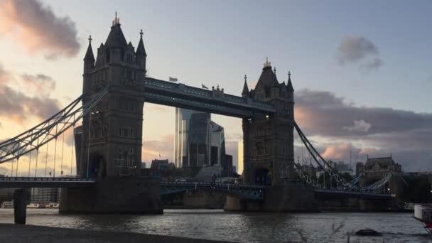 Londýn, Uk - 9 / 19 / 2019: Tower Bridge ve zlaté hodině se světly řeky Temže odrážejícími se na řece, slavná londýnská památka a turistická atrakce - stock záběry