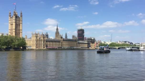 Parlament, Londýn, Velká Británie - 10 / 08 / 2020: Big Ben and houses of Parliament, Westminster base for UK politics