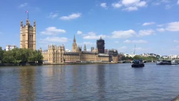 Parlament, Londýn, Velká Británie - 10 / 08 / 2020: Big Ben and houses of Parliament, Westminster base for UK policy time lapse