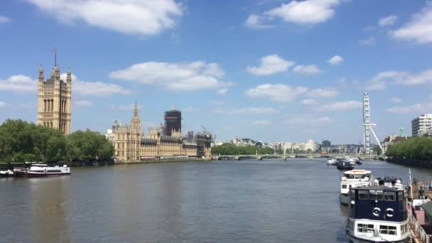 Parlament, Londýn, Velká Británie - 10 / 08 / 2020: Big Ben and houses of Parliament, Westminster base for UK politics