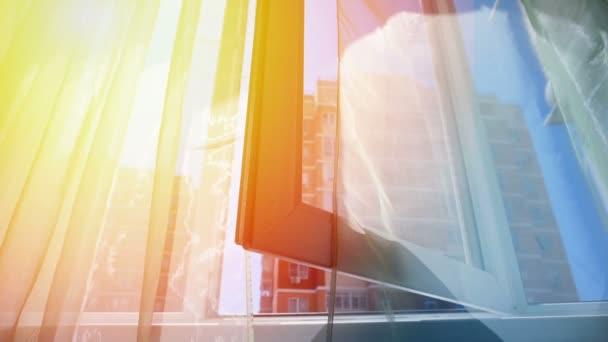 Okno se závěsy a výhled na oblohu a město. Konceptuální příběh pokoje a otevřená okna