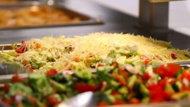 Lidé catering krytý jídlo v luxusní restauraci s masem barevných ovoce a zeleniny