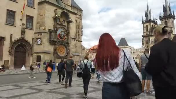 Přeplnění lidé kráčející po starém Pražském městě v covid19 pandemické, evropské památky