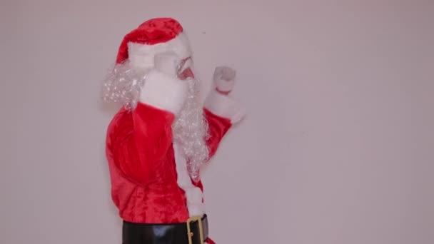 Glücklich verrückter Weihnachtsmann tanzt in Zeitlupe