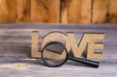 abstrakce zobrazit lásku prostřednictvím lupy na staré dřevěné pozadí