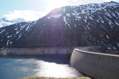 Lago di Santa Maria, Passo del Lucomagno, con vista sulla Val Termine e il Passo dell'Uomo, neve e montagne e natura selvaggia delle Alpi svizzere, Surselva, Valle del Reno, Canton Grigioni, Ticino, Svizzera.