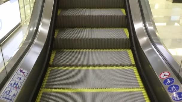 Close-up shot z prázdného pohyblivého schodiště běží nahoru a dolů. Moderní eskalátoru schodiště, které přesune vnitřní