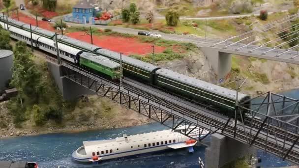 Spielzeugeisenbahnmodelle auf Eisenbahnattrappen - Personenzüge