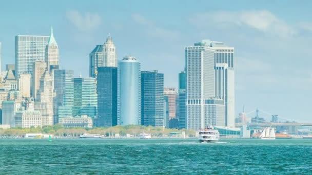 Ferry hazatérve a Liberty Island back to Downtown New York City felvázoló a Hudson folyó és a magas Manhattan épületek egy világos napsütéses nap