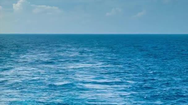 Probuzení z lodi na moři s modrou oceánskou vodou obzor a modrý nebe a mraky