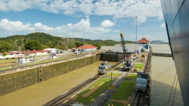 Panamský průplav zámky vedle sebe jedna prázdná a další plná jako loď je vedena do vyplněné sekce s vodou zadržená velkými ocelovými branami