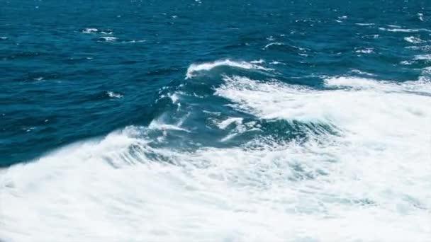 Na moři plachtění vodou s dramatickými vlnami bílého oceánu s pěnou a sprejem v době slunečného dne