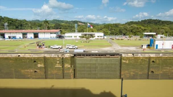 Panamský průplav pohled na prázdnou zámek na perfektním dnu s Panamskou vlajkou a pozadí tropické džungle