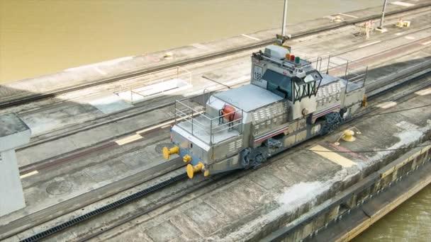 Panama Canal lokomotiva vlak na kolejích zblízka vedení lodi skrze zámky s ocelovými kabely