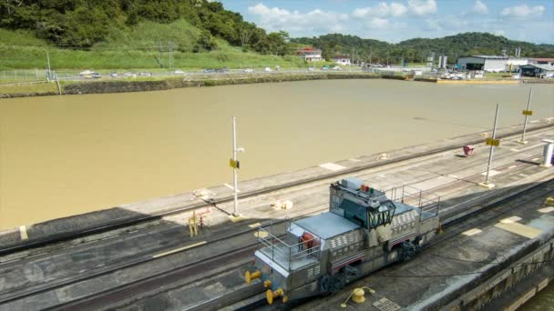 Panama Canal lokomotiva vlak na stopami široký záběr vedení lodě skrze zámky s ocelovými kabely