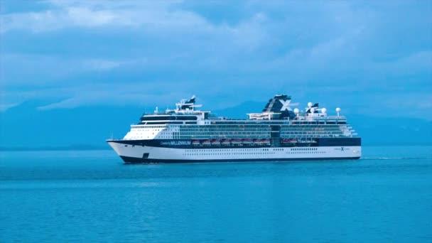 Výletní loď tisíciletí celebrit během modrého večera plavba v klidné aljašském moři s pozadím s horským pobřežím