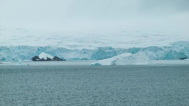 endloses Eis der Antarktis am Rande des kalten südlichen Ozeans