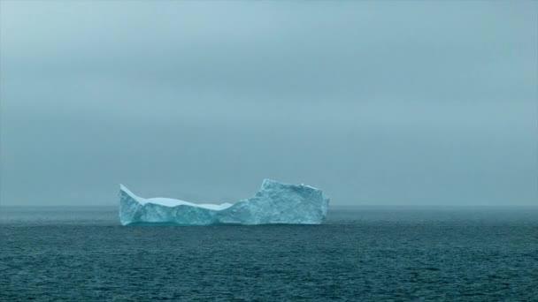 spitze Eisberg schwimmt in der Antarktis südlichen Ozean in der Kälte bei gefährlichem Wetter
