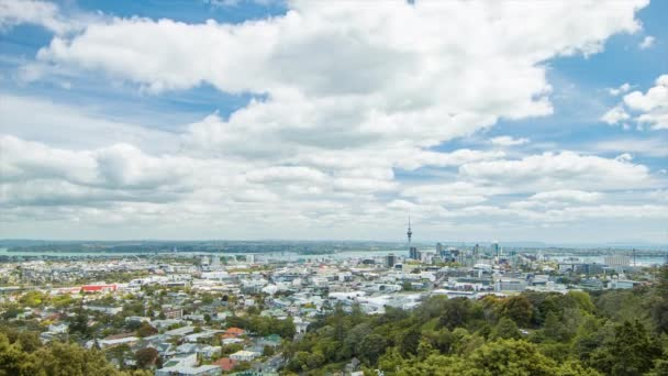Auckland Új-Zéland City TimeLapse Mount Eden a belváros épületek és gyorsan mozgó felhők a Sunny Summers Day