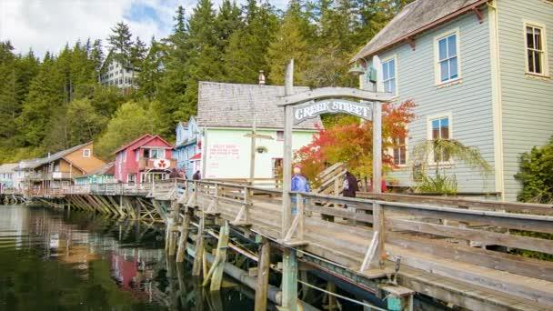 Ketchikan Aljaška lidé pěšky vstup do potoka ulice dřevěná stezka památky historické budovy a památky