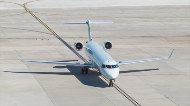 air canada jazz express canadair crj-705 regional jet airplane wide shot Ankunft in george bush intercontinental airport terminal in houston tx an einem heißen und sonnigen tag in texas