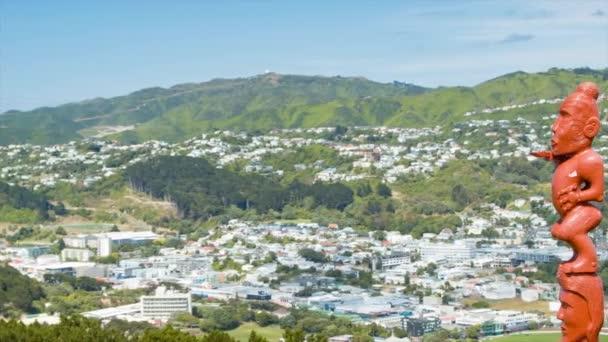 Wellington NZ Red maori fa faragott artwork a város-hegység táj háttér lakó szomszédsággal