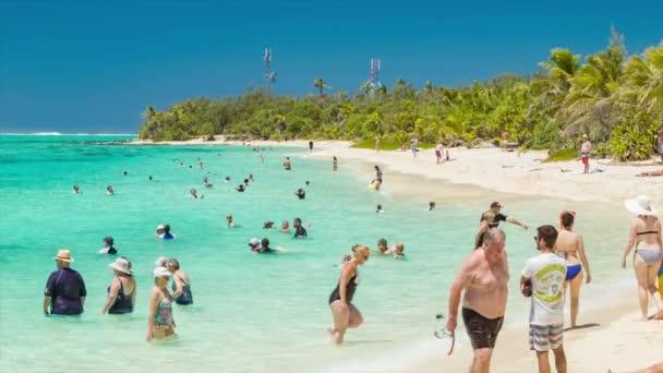 Rejtélyes sziget Vanuatu tengerpart táj töltött-val sétahajó utas úszás, napozás és élvez a napsütéses trópusi környezet